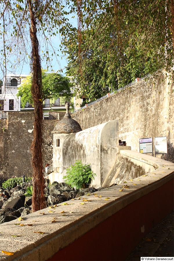 Garita-frente-a-la-puerta-antigua-Del-Viejo-San-Juan_40-50